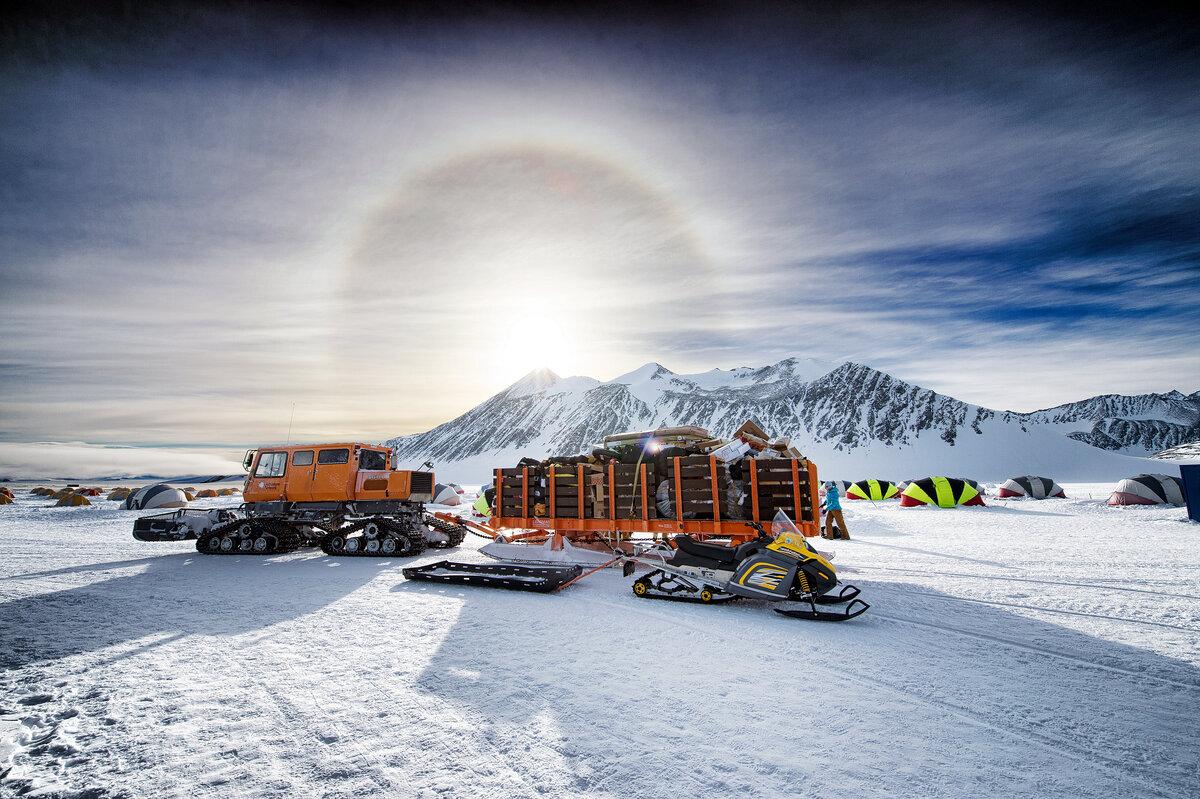 Tucker SnoCat hauls cargo from runway to Union Glacier Camp