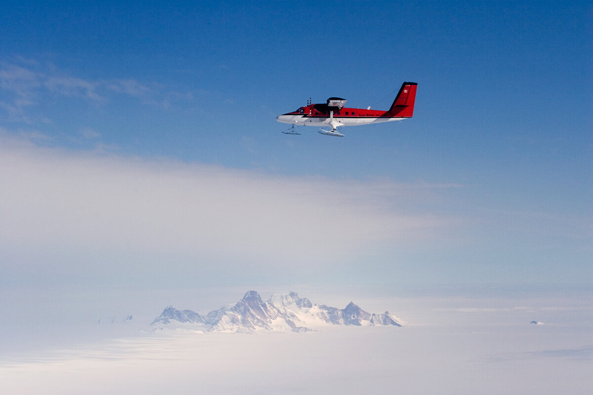Twin Otter flies past Pirrit Hills